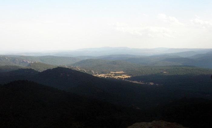 Tierras de labor de la Masía de Ligros, y roquedal del Campamento Escuela. Panorámica desde Peña de la Cruz (Foto de Salvador F. Cava)