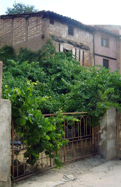 """Casa de """"Ceferino"""" en El Cuervo, a su lado se hallaba la tienda de su tío Práxedes (Foto de Salvador F. Cava)"""