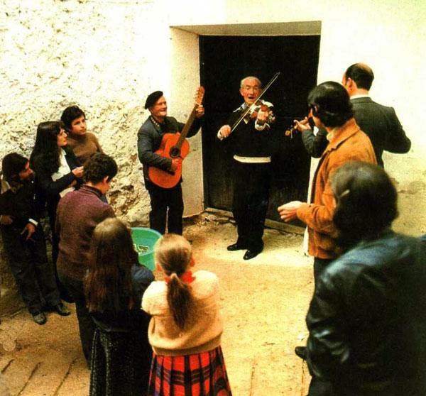 Ismael Egido en el centro de la rondalla de cuerda (Foto facilitada por Antonio Alpuente)