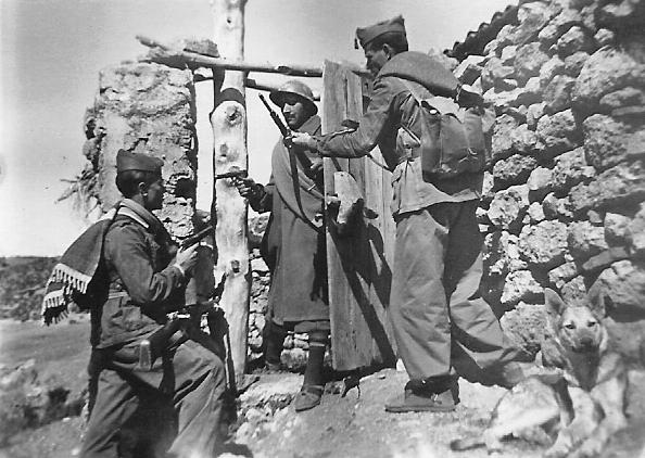 Guardias de Alobras en un apostadero de la casa forestal (Tormón), 1950 (Foto de Ramón Laguía)